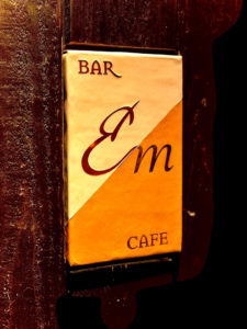 BAR /CAFE Em